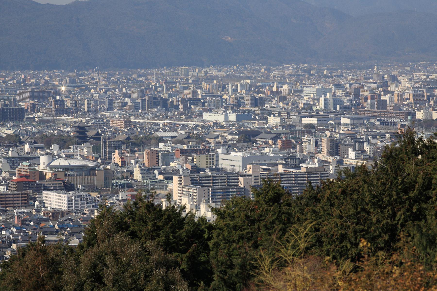 東寺五重塔・梅小路機関庫と新幹線 稲荷山から